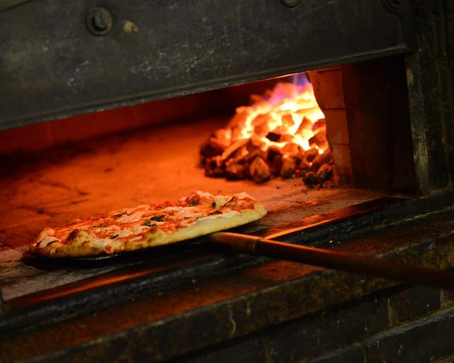 Una de las deliciosas pizzas al horno de Juliana's en Nueva York