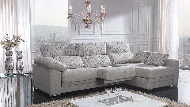 sofa de 3 plazas con cheslong en color gris claro y respal