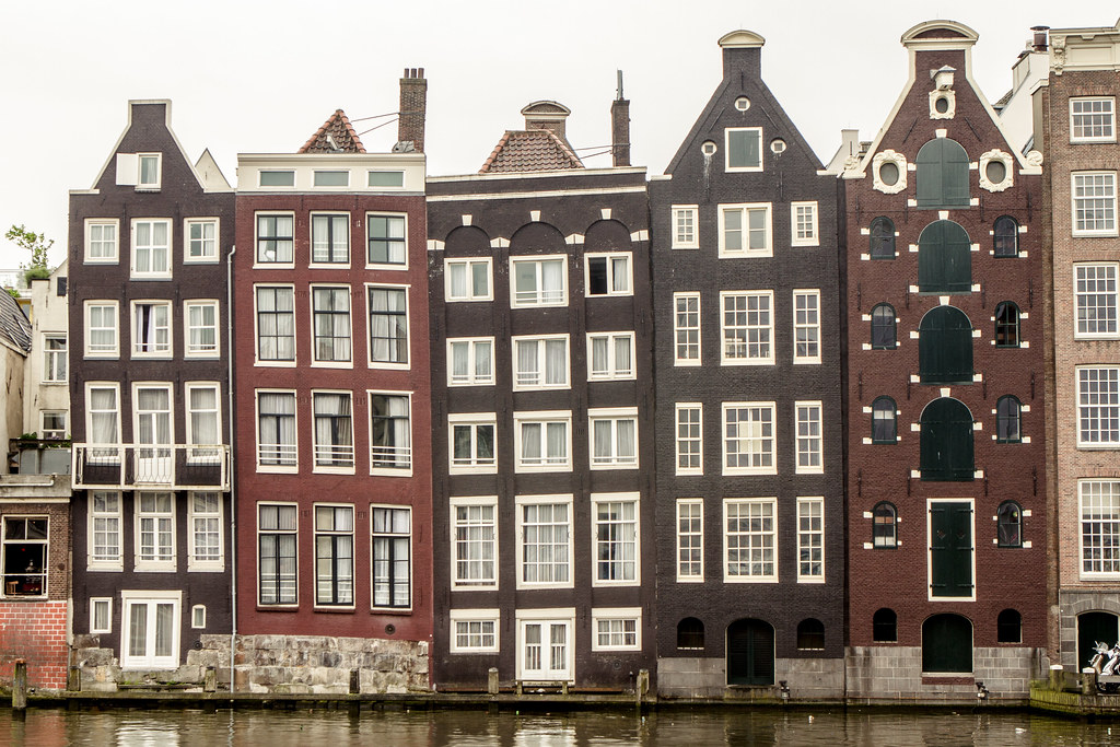 Dutch houses the old houses on the damrak canal in for Dutch house