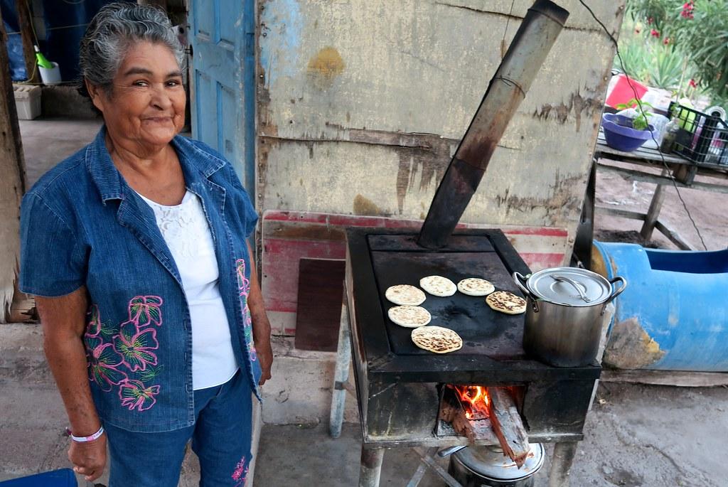 L'àvia del Miguelito, preparant-me unes 'tortillas' per endur-me al meu campament.