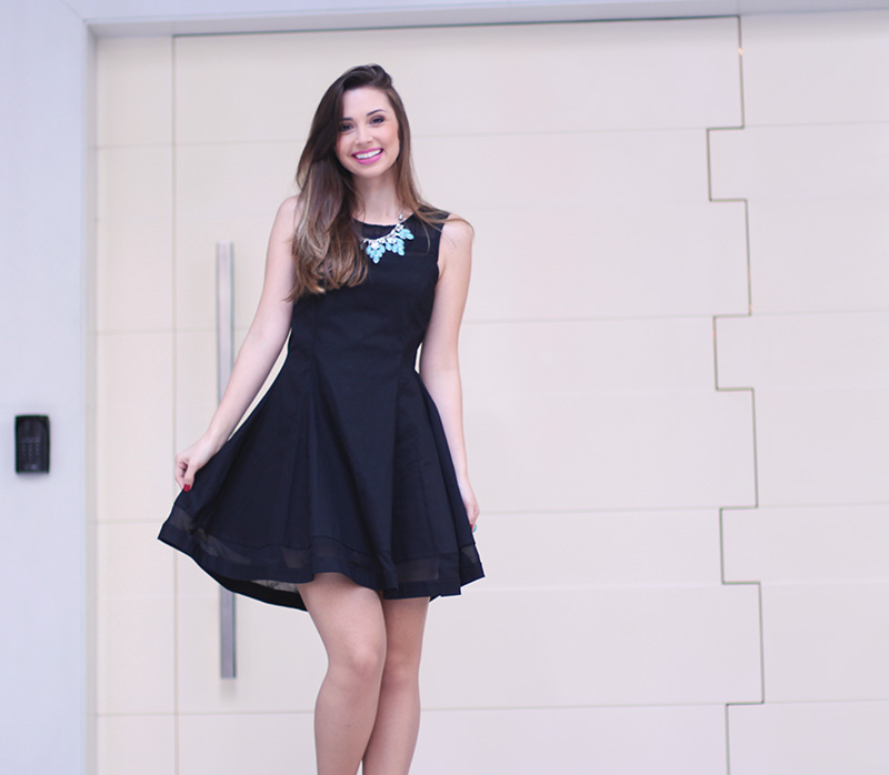 2-vestido preto com colar turquesa look do dia jana taffarel