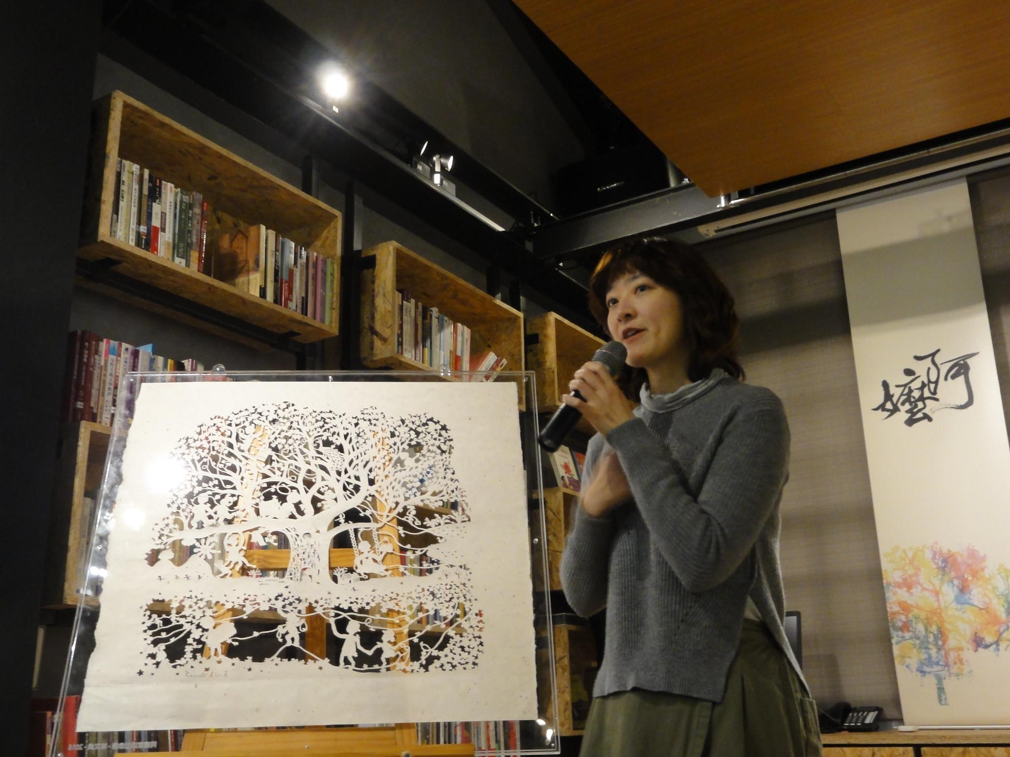 """开馆当天,艺术家林文贞解说她的作品""""阿嬷家的生命树""""。(摄影:张智琦)"""