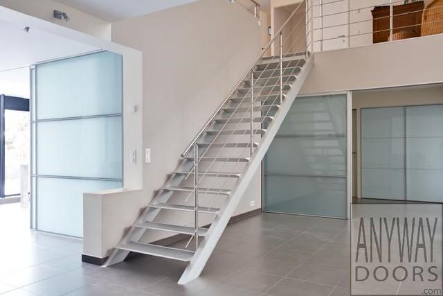 Rechte moderne metalen aluminium trap met inox leuning en - Moderne metalen trap ...