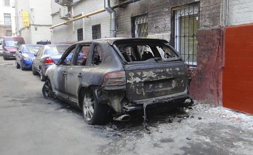 На Буковинській спалили «Porsche Cayenne»
