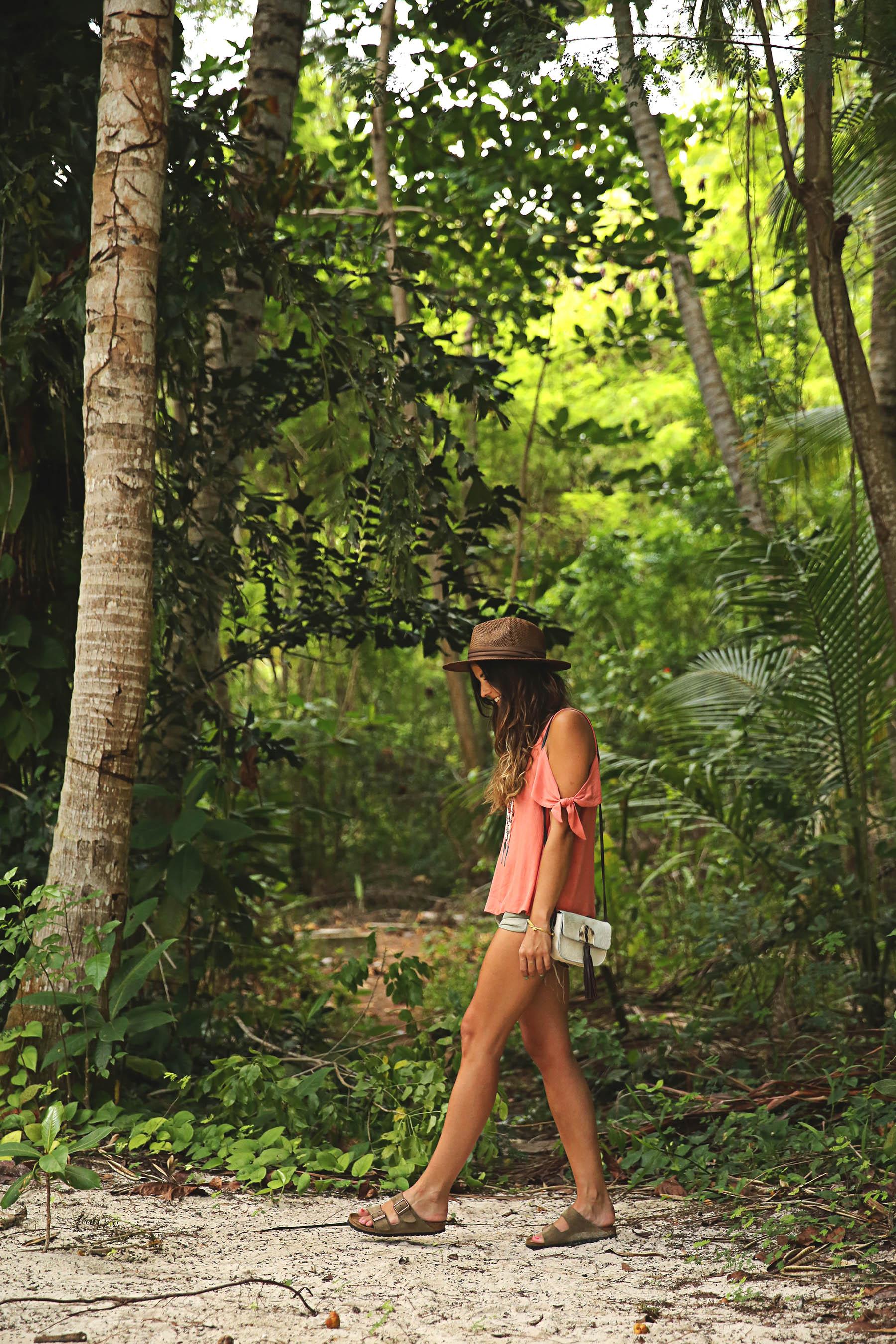 trendy-taste-look-outfit-street-style-ootd-blog-blogger-fashion-spain-moda-españa-boho-hippie-verano-birkenstock-bavaro-barcelo-khaki-caqui-shorts-sombrero-top-9