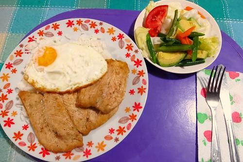 Pollo, huevo frito, ensalada