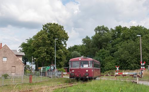 IIn Kuhbier überquert der VT98 die Bundesstraße nach Wittenberge.