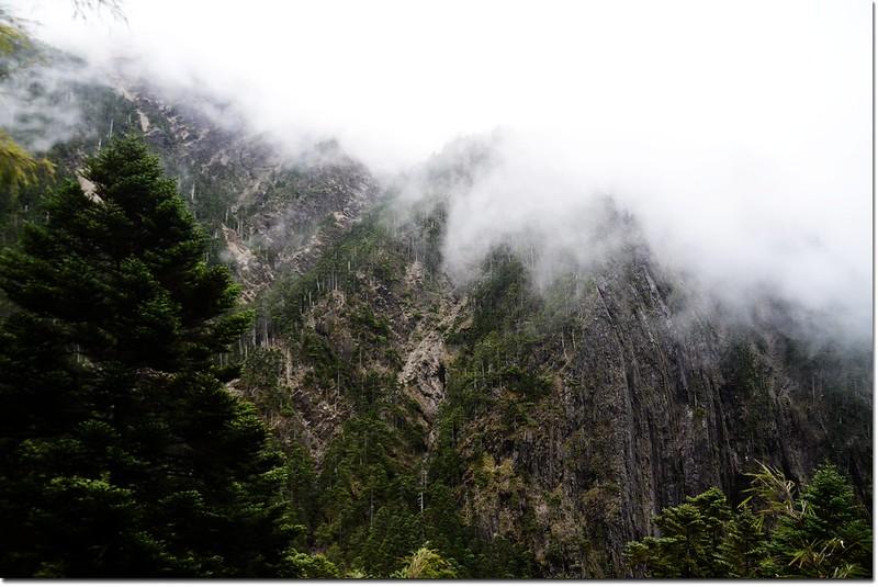 雲霧罩山頭