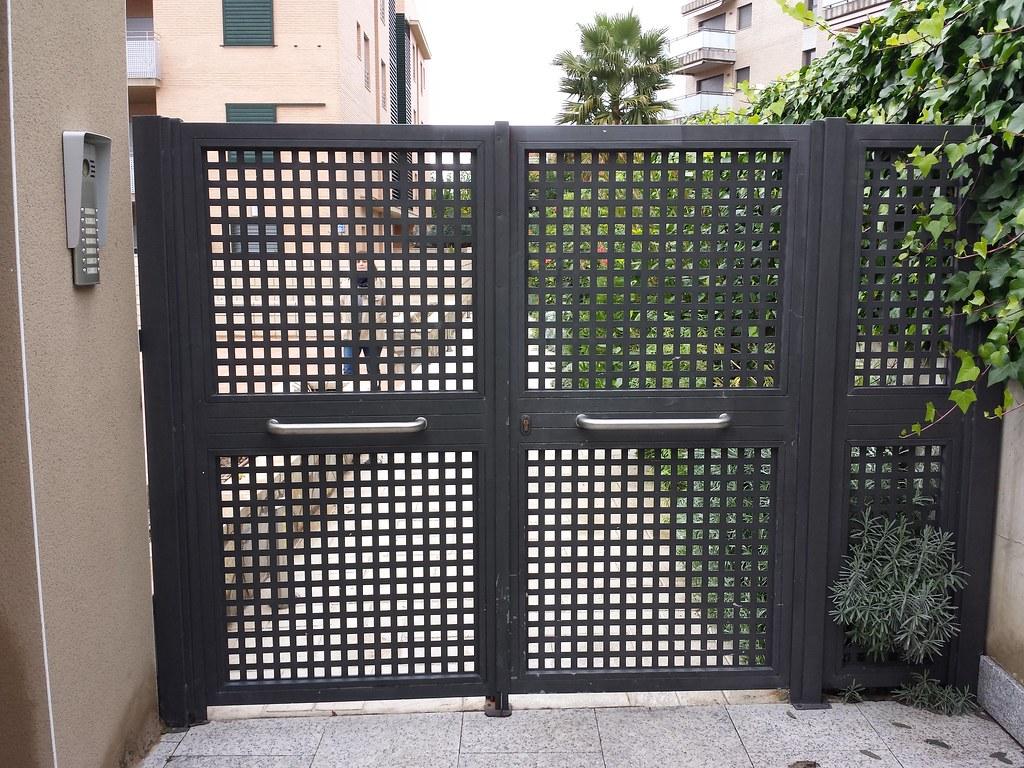 Puerta residencial de chapa perforada puertabatiente de - Puertas de chapa ...
