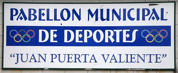 Rótulo del Polideportivo Juan Puerta Valiente. Foto 001.