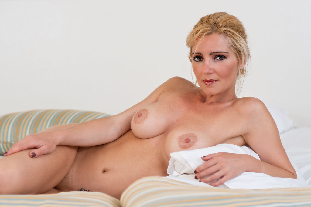 Sara Schwarz - Nude In Bed  A Photo From Earlier This -9086