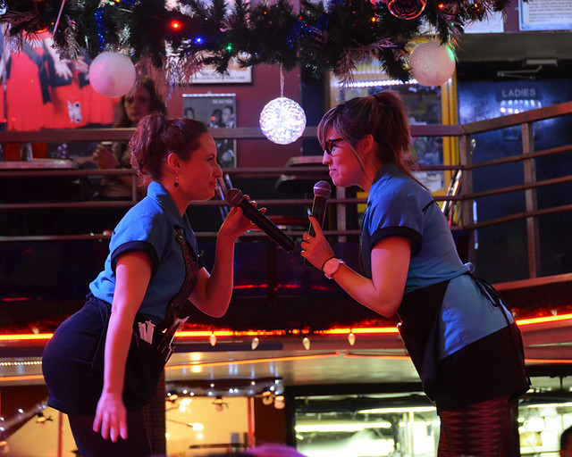 Cantantes sobre las mesas del Stardust de Broadway en Nueva York
