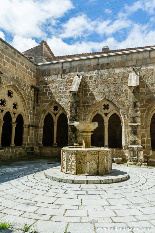 Exterior del claustro de las catedrales. Y una fuente que no funciona...