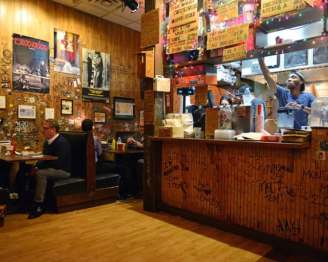 Hamburguesería Burger Joint, uno de los mejores lugares donde comer Nueva York