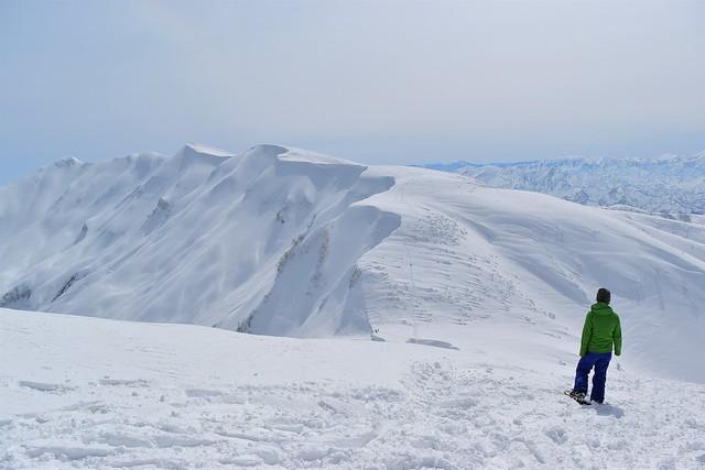 大岳山頂から雪の守門岳を望む