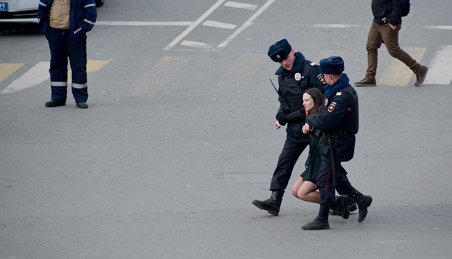 Девушку несут на руках задержание