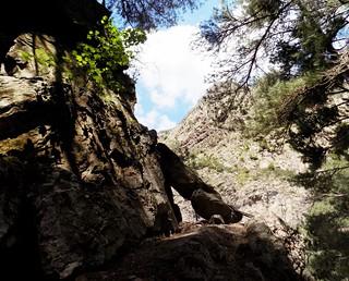 L'arche rocheuse à la sortie de la vire aérienne du sentier de la Cavichja