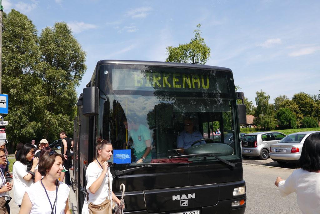 Autobús que une los dos campos de concentración