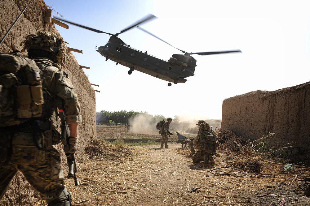 raf chinook extracting troops in afghanistan