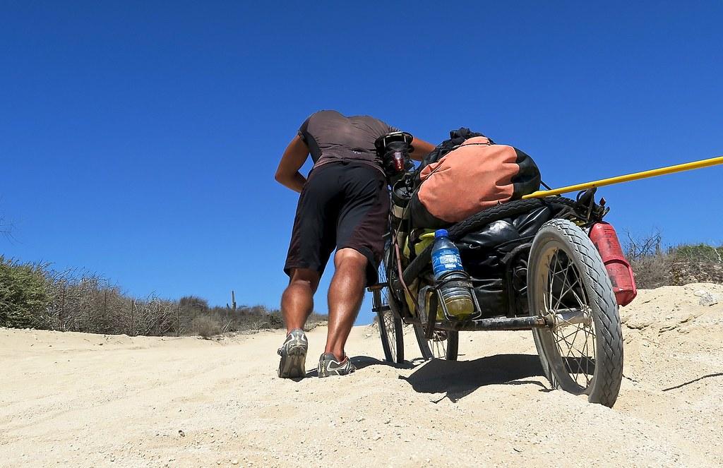 Empenyent la bici pel camí de sorra que va de San Evaristo en direcció la Paz.