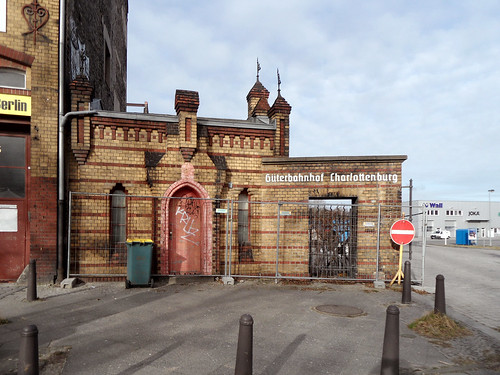 Tor und Pförtnerhaus des ehemaligen Güterbahnhofs Berlin-Charlottenburg