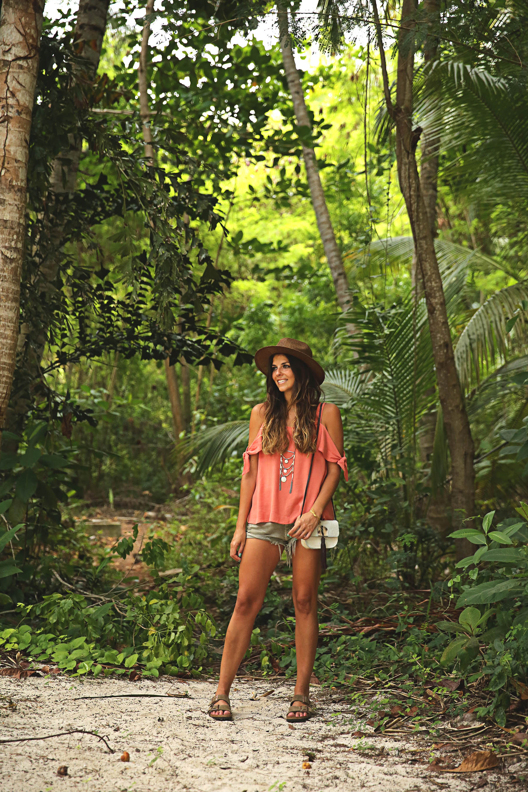 trendy-taste-look-outfit-street-style-ootd-blog-blogger-fashion-spain-moda-españa-boho-hippie-verano-birkenstock-bavaro-barcelo-khaki-caqui-shorts-sombrero-top-10