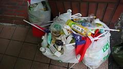 曾經支持方手中的國旗,散場後全進了垃圾堆