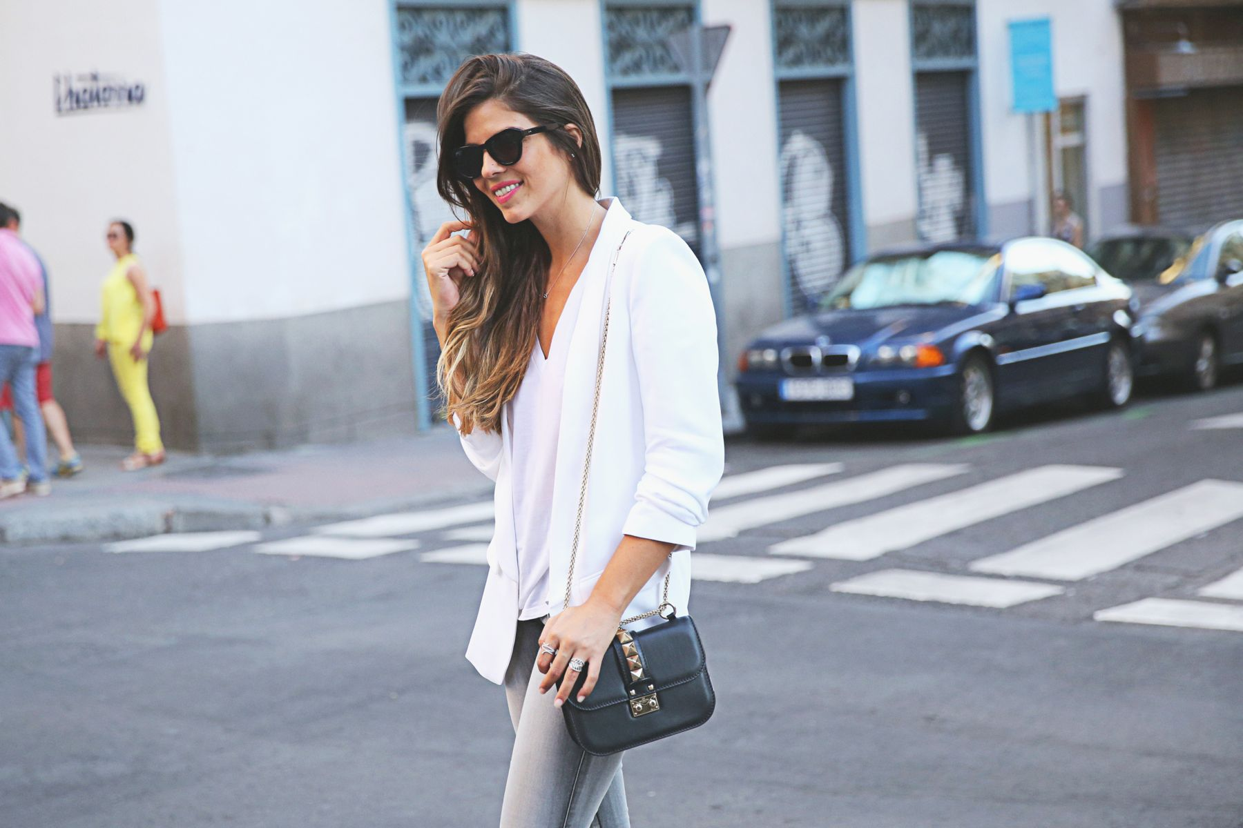 trendy-taste-look-outfit-street-style-ootd-blog-blogger-fashion-spain-moda-españa-SS15-verano2015-tendencias-trends-zara-buylevard-valentino-jessica-simpson-skinny-jeans-grey-white-blazer-americana-blanca-vaqueros-pitillo-sandalias-sandals-etnicas-7