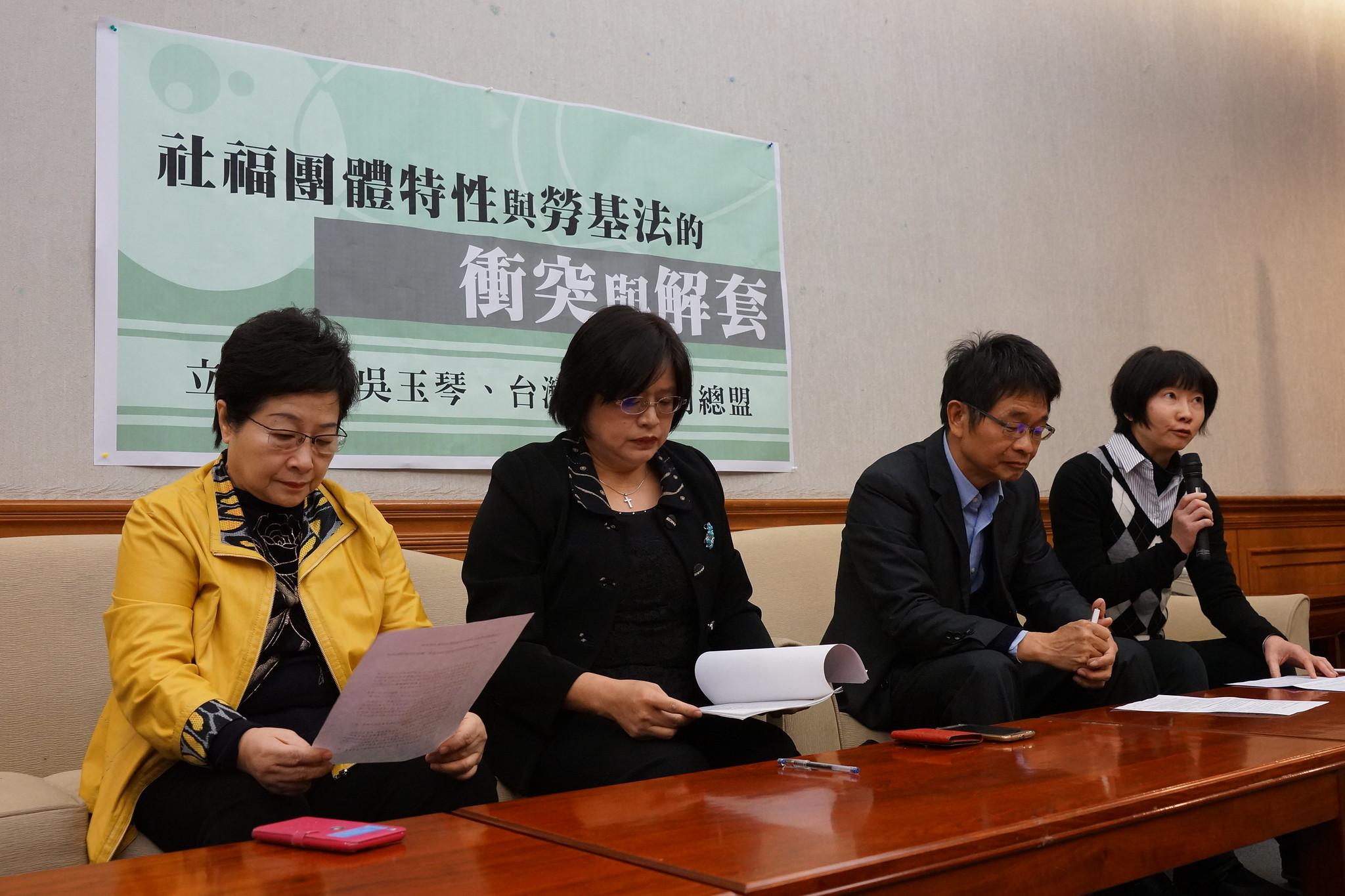 社福團體聯合召開記者會,左踢工時上限、右打七休一。(攝影:王顥中)