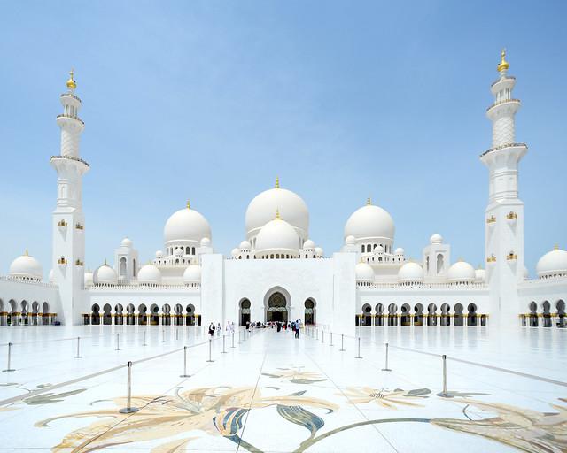 Minaretes y suelo de mármol de la mezquita de Abu Dhabi