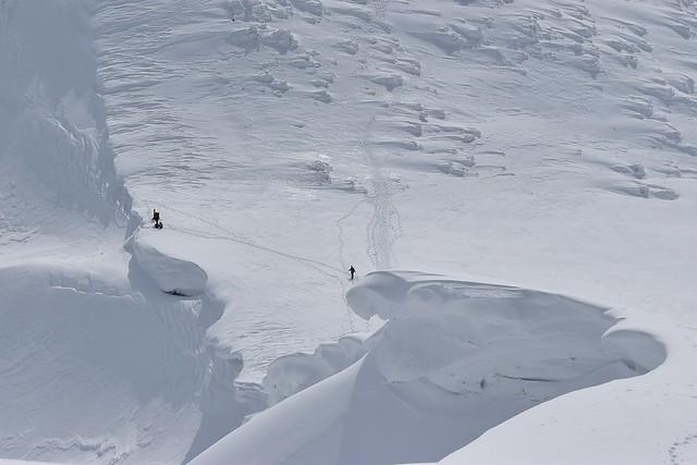 守門岳大雪庇を歩く登山者