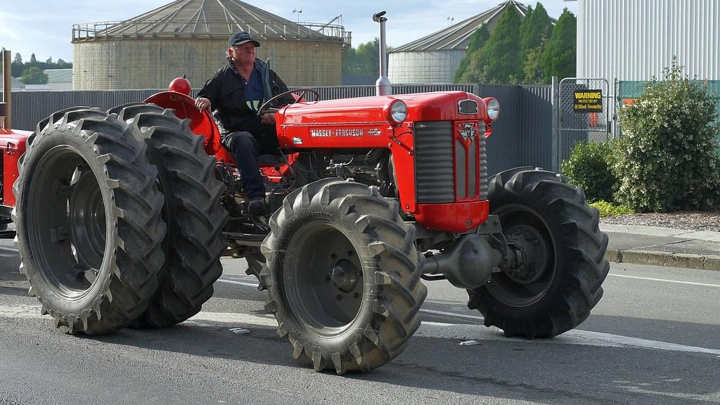 Massey Ferguson 65 Blade : Massey ferguson tractor seen at the crankup day