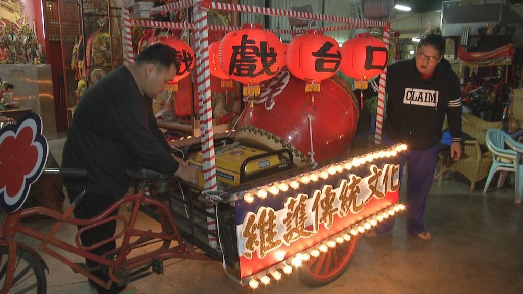 897-2-15 元宵前夕,阿堃正將人力三輪車,布置成炫麗的遊街花車。