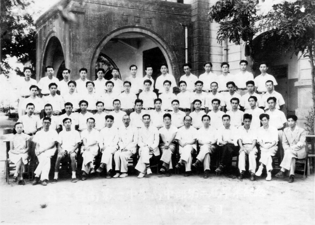 我四叔1949年中學畢業照,前排正中穿西裝者為蘇惠鏗校長,四叔是第三排左四。