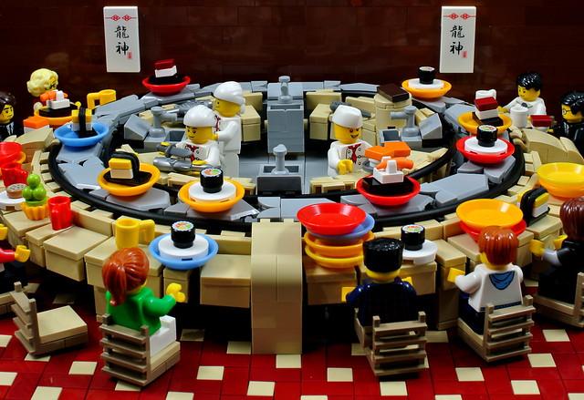 Working conveyor belt LEGO sushi bar MOC!