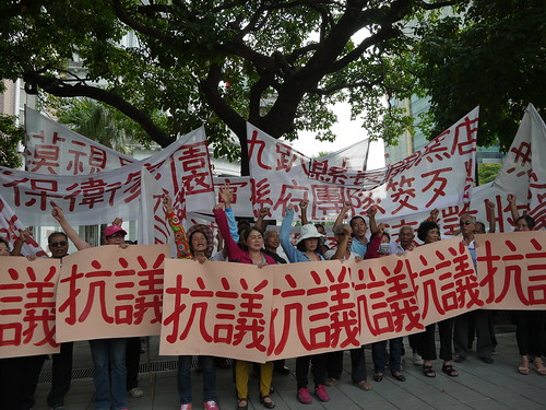 中科四期環評未過,即要徵地在彰化二林進行道路拓寬,當地居民北上抗議。攝影:賴品瑀。