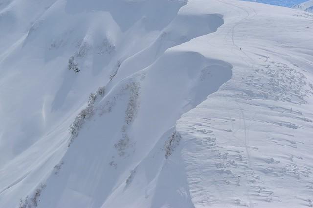冬の守門岳稜線を歩く登山者
