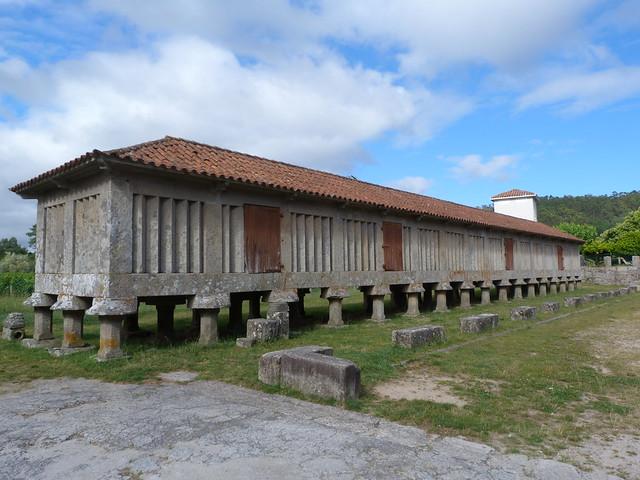 Uno de los hórreos más grandes de Galicia se encuentran en el monasterio de Poio (Rías Baixas, Galicia)