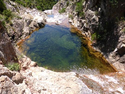 Vasque sous le seuil rocheux à l'arrivée du canyon de Lora