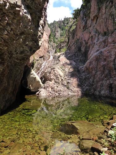 La vasque d'une cascade intermédiaire de Lora dans le 2ème boyau rocheux