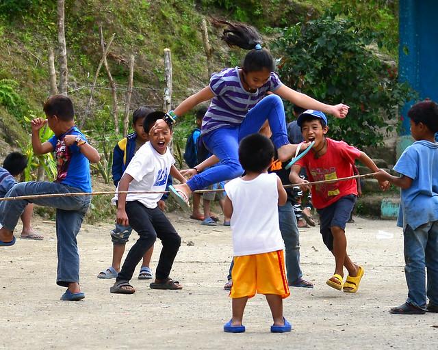 Niños jugando a la comba en la escuela pública de Batad