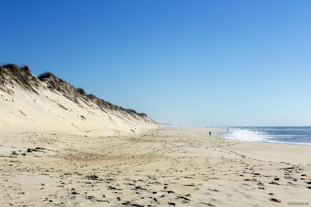 On aperçoit, au loin sur l'horizon, la plage voisine du Pedrogão.