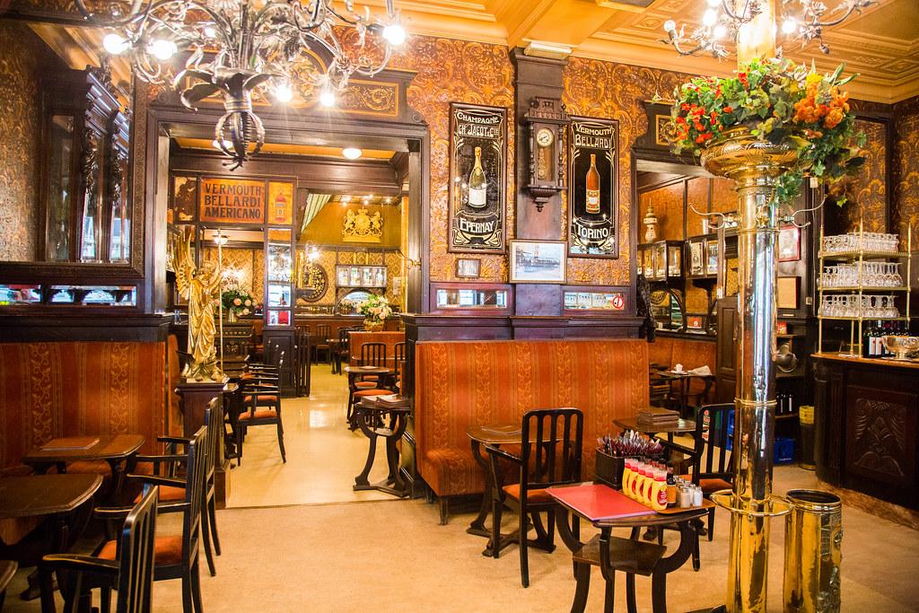 Le Personnel Cafe Francais Au Mont Noir