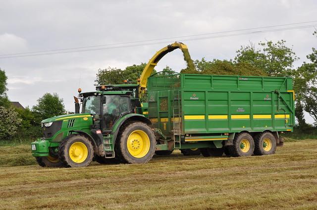 Umsunu Omude John deere 7550 forage harvester filling a broughan ...