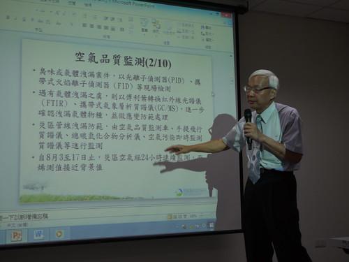 環保署環境督察總隊長蕭清郎說明,災後環署將協助檢測災區空品、水質,打擊登革熱。攝影:賴品瑀。