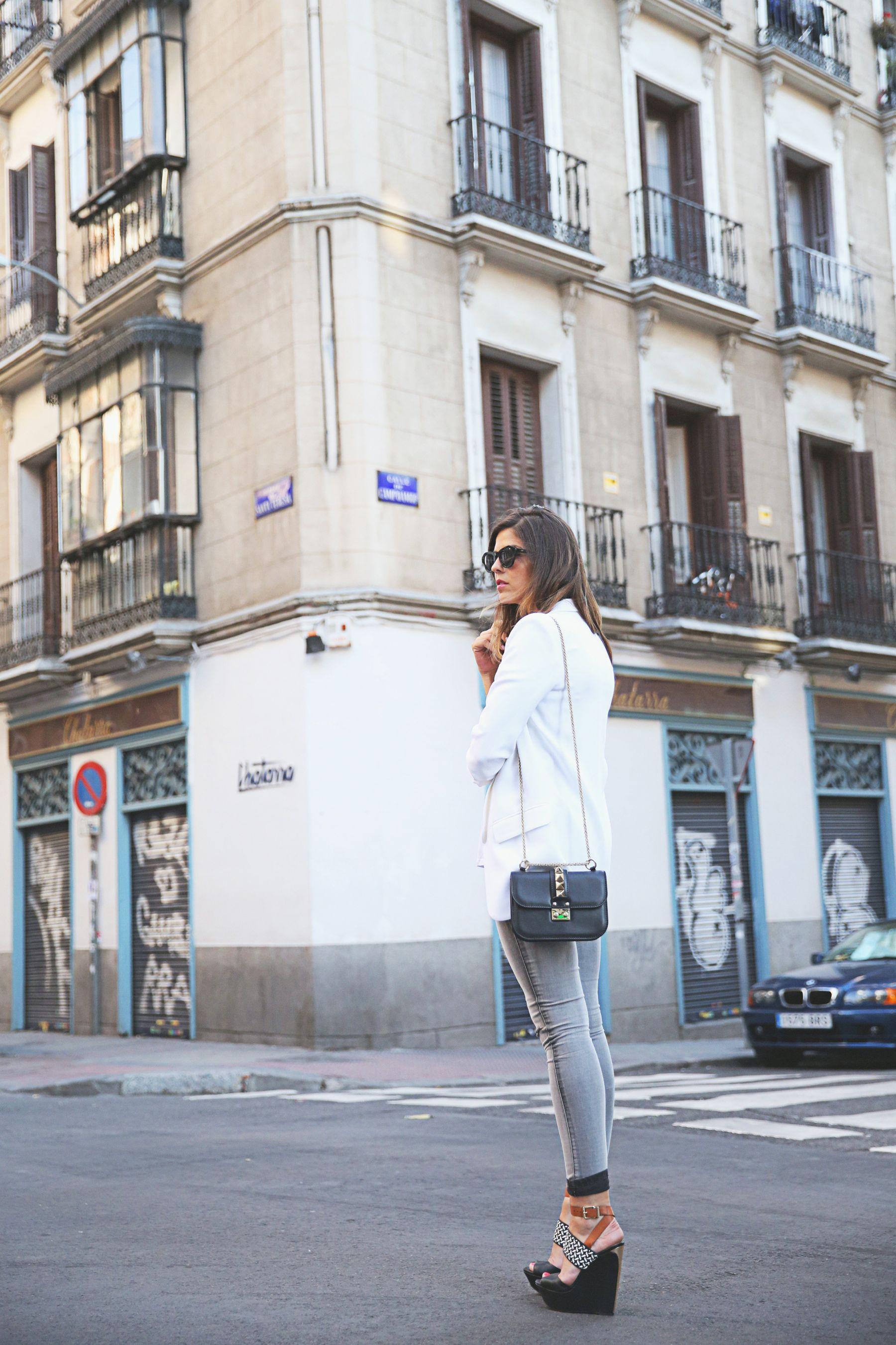 trendy-taste-look-outfit-street-style-ootd-blog-blogger-fashion-spain-moda-españa-SS15-verano2015-tendencias-trends-zara-buylevard-valentino-jessica-simpson-skinny-jeans-grey-white-blazer-americana-blanca-vaqueros-pitillo-sandalias-sandals-etnicas-5