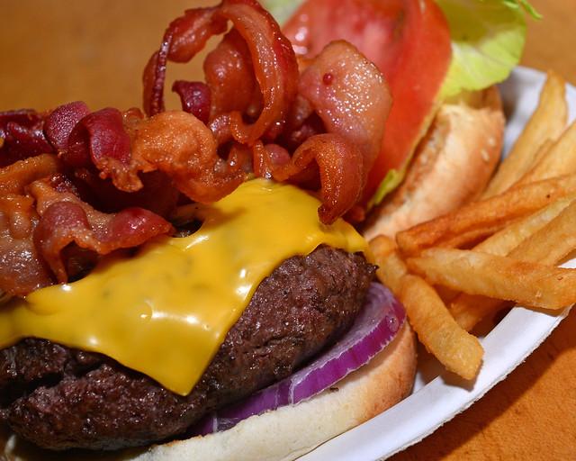 Hamburguesa con bacon del restaurante Corner Bistro de Nueva York