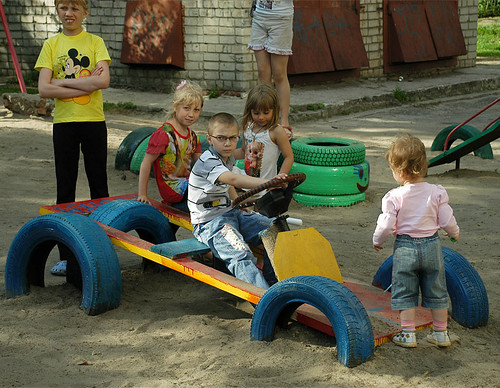 Чи безпечна гума на дитячому майданчику?