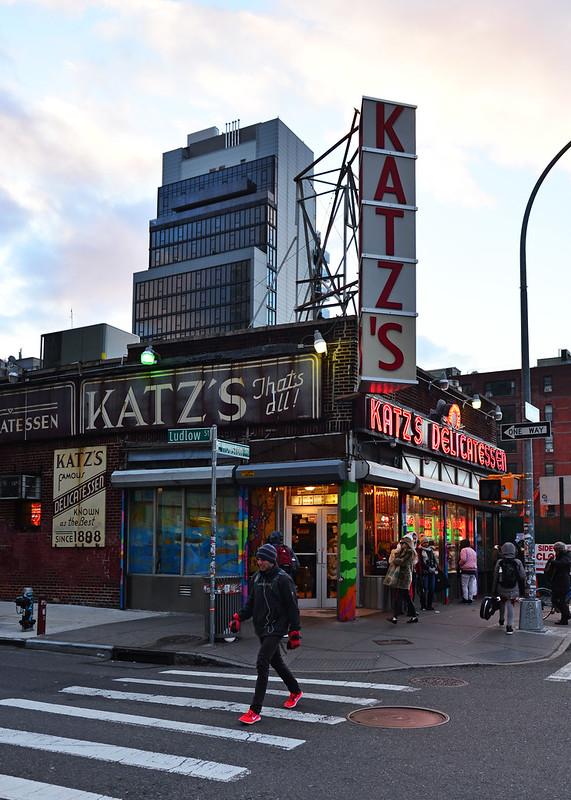 Exterior de Katz's Delicatessen con sus luces de neón al atardecer