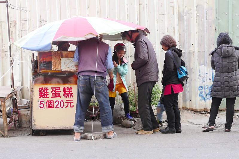 32395018043 055866f2c0 c - 向上市場無名雞蛋糕,365天都排隊的傳統雞蛋糕小攤,紮實略帶微焦香氣